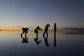 ウユニ塩湖ツアーに行く機内の中では小説は必要不可欠